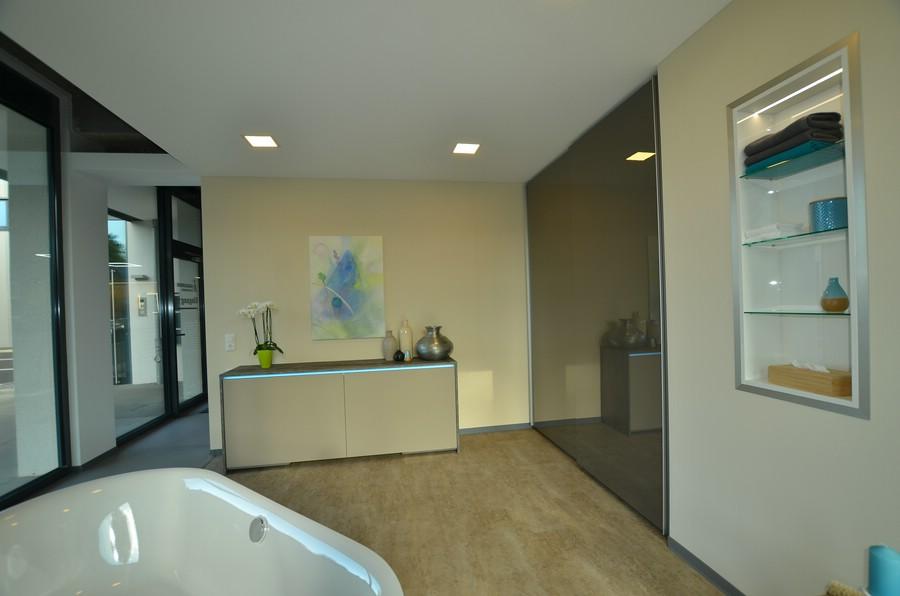 in wand eingelassen zoom image view original size bildschirm in wand eingebaut badezimmer. Black Bedroom Furniture Sets. Home Design Ideas
